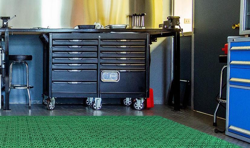 Die Kunststoffkacheln von Loseplast ermöglichen eine einfache Reinigung in Garagen und Industriegebieten
