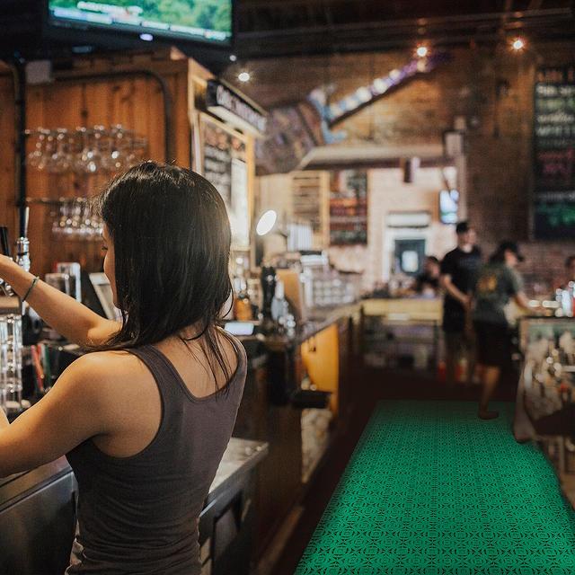 Kunststoffkacheln zur Konditionierung der feuchten Bereiche einer Bar, z. B. der Bar, in der normalerweise Getränke verschüttet werden