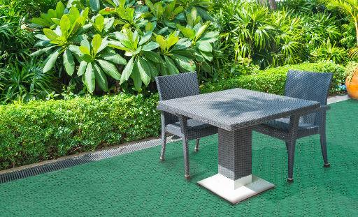 Der Kunststoff-Fliesenboden Loseplast mit Ablauffunktion verleiht Ihrer Terrasse Funktionalität und Stil