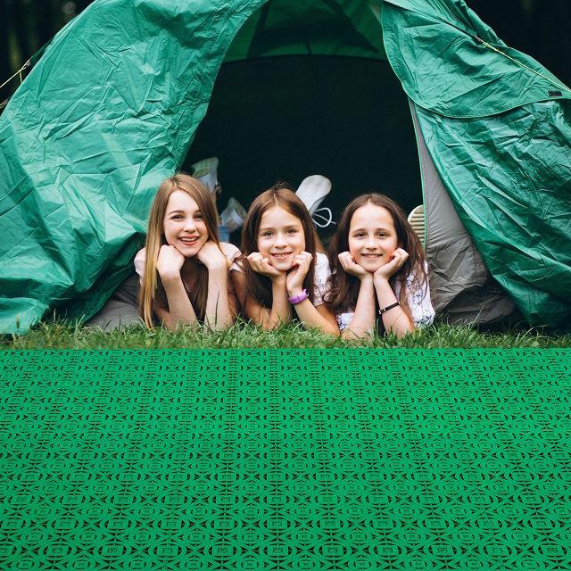 Avec les tuiles de camping de Loseplast, vous pouvez créer un espace confortable pour l'entrée de votre tente pendant vos vacances au camping