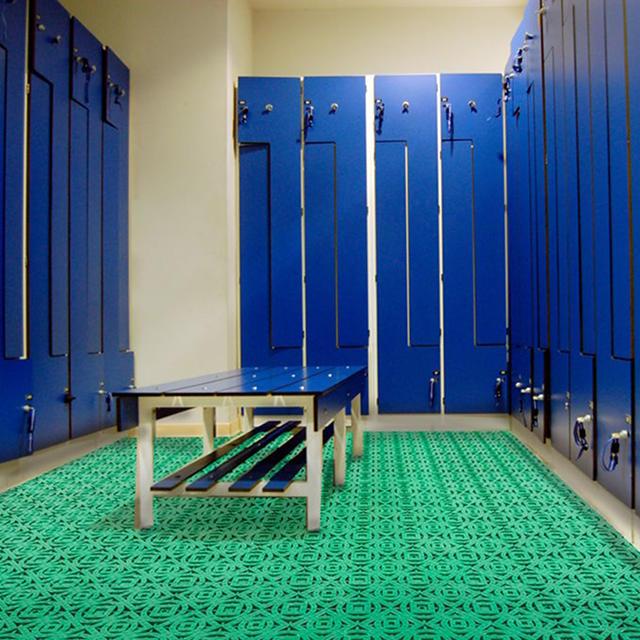 Dalles en plastique pour vestiaires, salles de sport et espaces communs