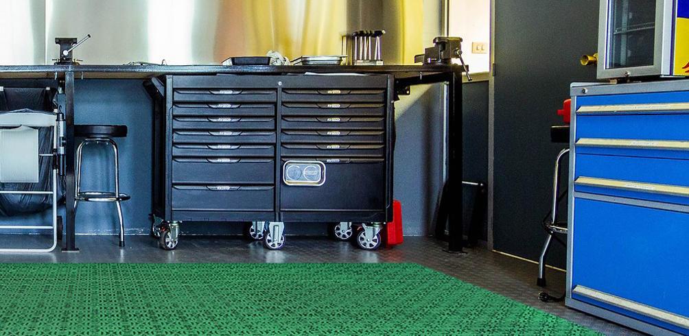 Las losetas de plástico de Loseplast permiten crear un espacio fácil de limpiar en garajes y zonas industriales